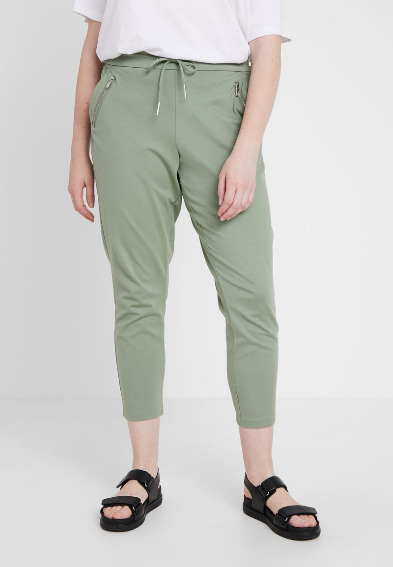 Vero Moda Curve - VMEVA MR LOOSE STRING ZIPPER PANT - Jogginghose - hedge green