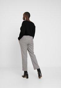 Vero Moda Curve - VMMAISELMA PANT - Pantalones - black - 2