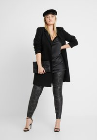 Vero Moda Curve - VMDESTROY SNAKE - Leggings - black - 1