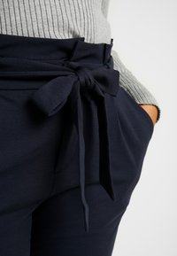 Vero Moda Curve - VMEVA LOOSE PAPERBAG PANT COLOR - Pantalon classique - blue - 4