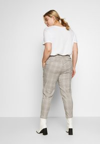 Vero Moda Curve - VMEVA MR LOOSE STRING CHECK - Pantalon classique - silver mink/birch/light blue/black - 2