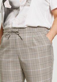 Vero Moda Curve - VMEVA MR LOOSE STRING CHECK - Pantalon classique - silver mink/birch/light blue/black - 5