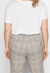 Vero Moda Curve - VMEVA MR LOOSE STRING CHECK - Pantalon classique - silver mink/birch/light blue/black - 3