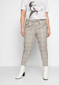 Vero Moda Curve - VMEVA MR LOOSE STRING CHECK - Pantalon classique - silver mink/birch/light blue/black - 0