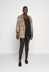 Vero Moda Curve - VMSOPHIA SMOOTH COATED PANT  - Bukse - black/coated - 1