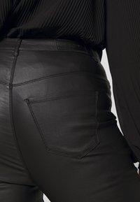Vero Moda Curve - VMSOPHIA SMOOTH COATED PANT  - Bukse - black/coated - 5