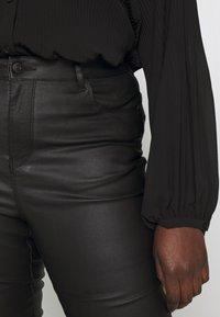 Vero Moda Curve - VMSOPHIA SMOOTH COATED PANT  - Bukse - black/coated - 3
