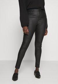 Vero Moda Curve - VMSOPHIA SMOOTH COATED PANT  - Bukse - black/coated - 0