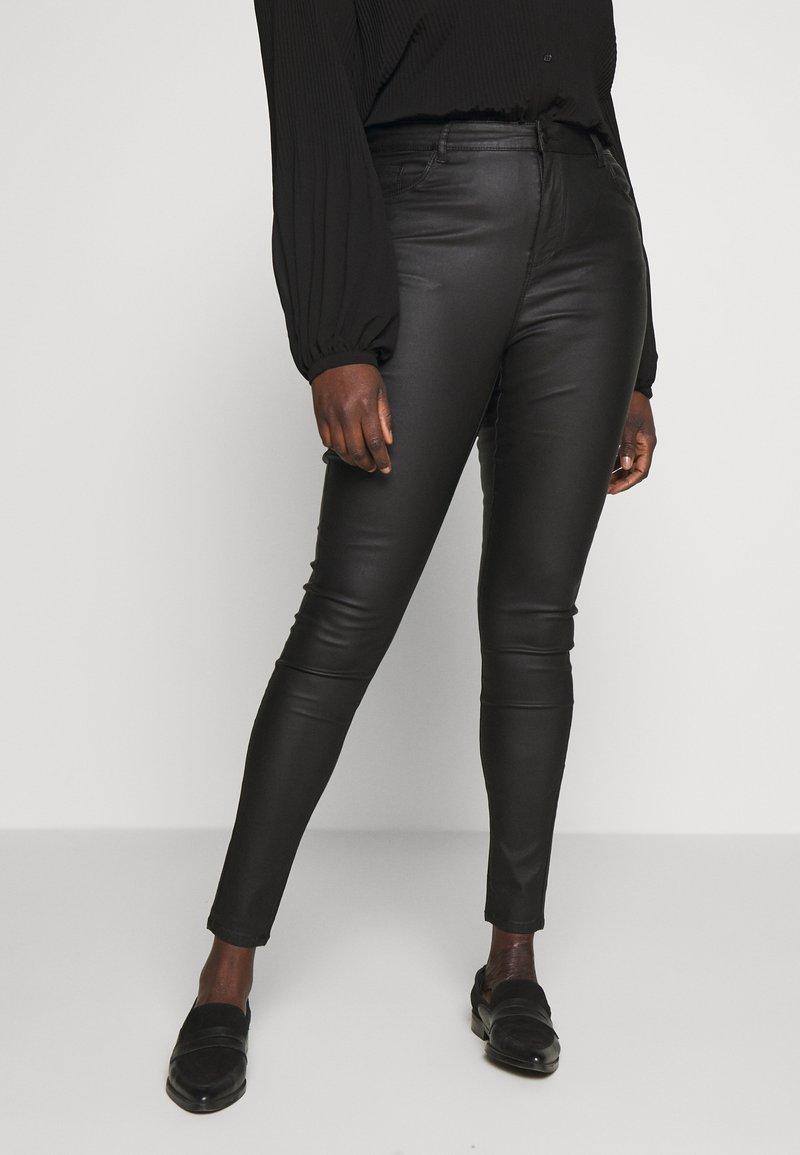 Vero Moda Curve - VMSOPHIA SMOOTH COATED PANT  - Bukse - black/coated