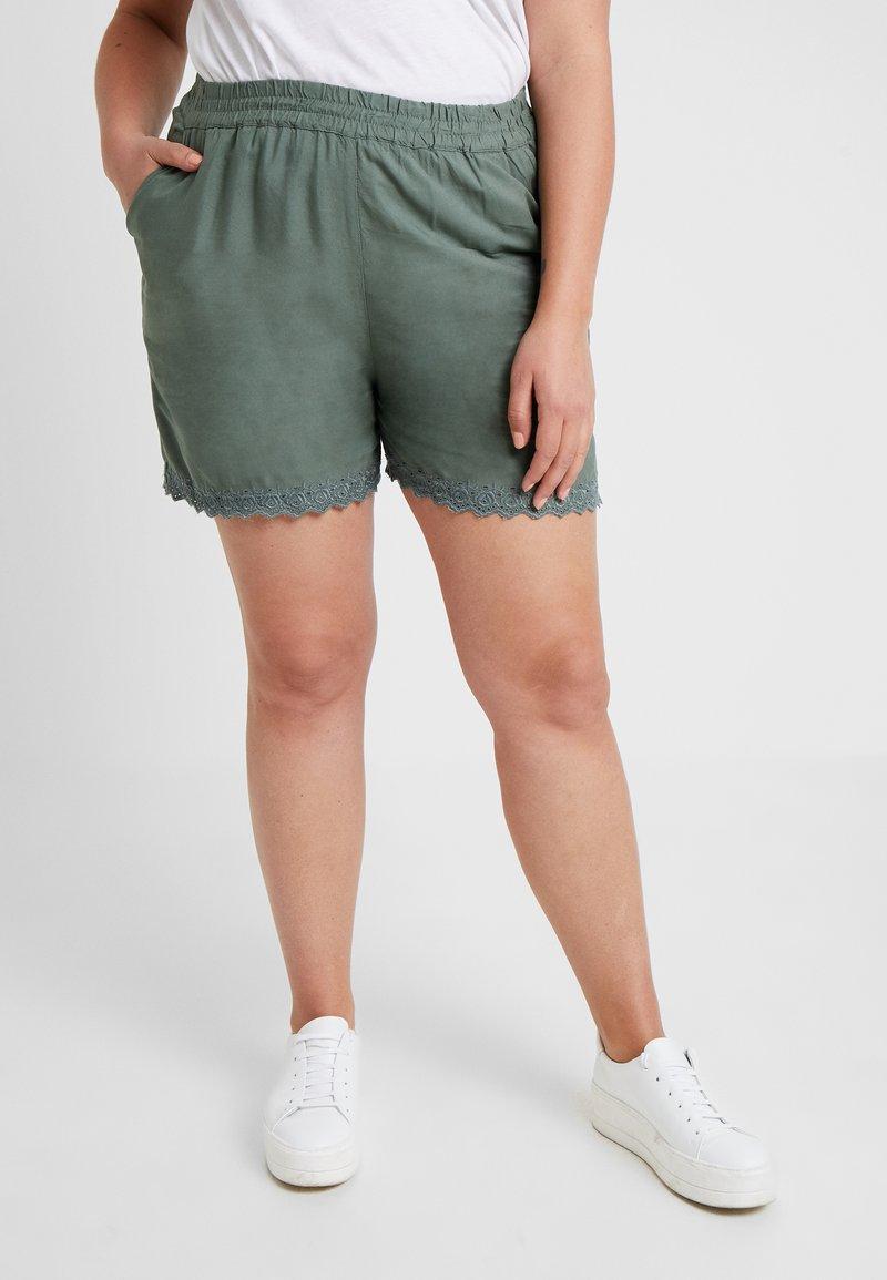 Vero Moda Curve - VMSOPHIA BOX - Shorts - green