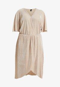 Vero Moda Curve - VMDAGNY DRESS - Žerzejové šaty - birch/gold shimmer - 4