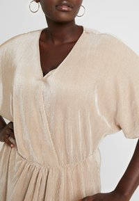 Vero Moda Curve - VMDAGNY DRESS - Žerzejové šaty - birch/gold shimmer - 5