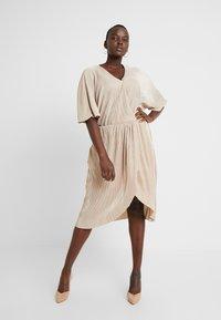 Vero Moda Curve - VMDAGNY DRESS - Žerzejové šaty - birch/gold shimmer - 0