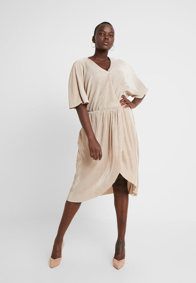 Vero Moda Curve - VMDAGNY DRESS - Žerzejové šaty - birch/gold shimmer