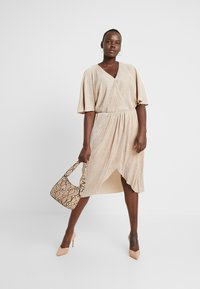 Vero Moda Curve - VMDAGNY DRESS - Žerzejové šaty - birch/gold shimmer - 2
