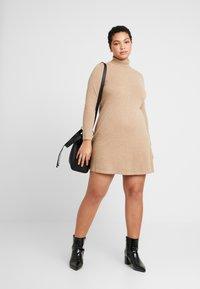 Vero Moda Curve - VMHAPPY ROLLNECK DRESS - Robe pull - tobacco brown/melange - 1