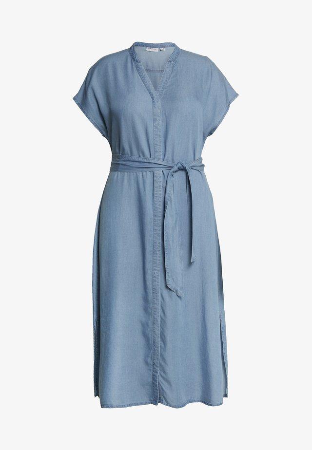 VMSAGA LONG BELT DRESS CURVE - Vardagsklänning - light blue denim