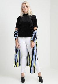 Vero Moda Curve - VMVALA HIGH NECK - Camiseta estampada - black - 1