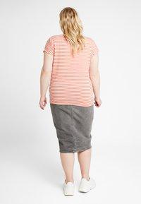 Vero Moda Curve - VMAVA PLAIN STRIPE - T-shirts med print - emberglow - 2