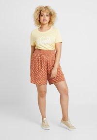 Vero Moda Curve - VMTEAM OLLY - T-shirts print - mellow yellow - 1