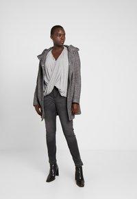 Vero Moda Curve - Camiseta estampada - light grey melange - 1