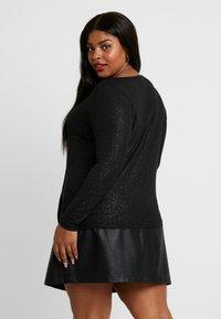 Vero Moda Curve - VMHONEY GLITTER WRAP - T-shirt à manches longues - black/silver - 2