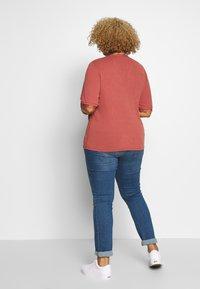 Vero Moda Curve - VMJUDY  - T-shirts med print - marsala - 2