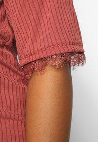 Vero Moda Curve - VMJUDY  - T-shirts med print - marsala - 5