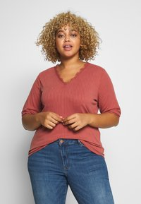Vero Moda Curve - VMJUDY  - T-shirts med print - marsala - 0