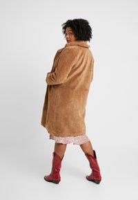 Vero Moda Curve - VMHOLLY LONG TEDDY JACKET - Zimní kabát - tobacco brown - 2