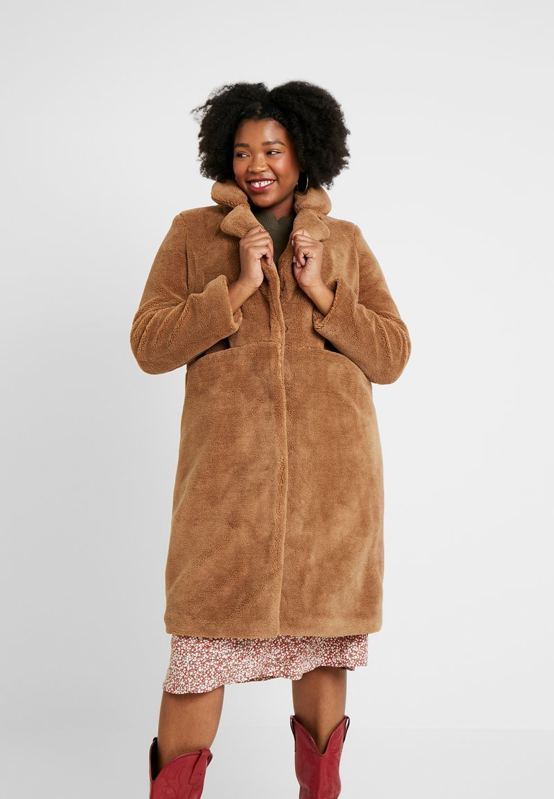 Vero Moda Curve - VMHOLLY LONG TEDDY JACKET - Zimní kabát - tobacco brown