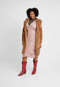 Vero Moda Curve - VMHOLLY LONG TEDDY JACKET - Zimní kabát - tobacco brown - 1