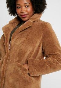 Vero Moda Curve - VMHOLLY LONG TEDDY JACKET - Zimní kabát - tobacco brown - 4