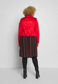 Vero Moda Curve - VMYESLEA - Imitert skinnjakke - aurora red - 2