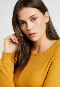 Vero Moda Curve - VMHAPPY - Pullover - amber gold - 3