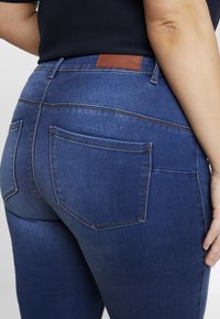 Vero Moda Curve - Jeans slim fit - medium blue denim - 5