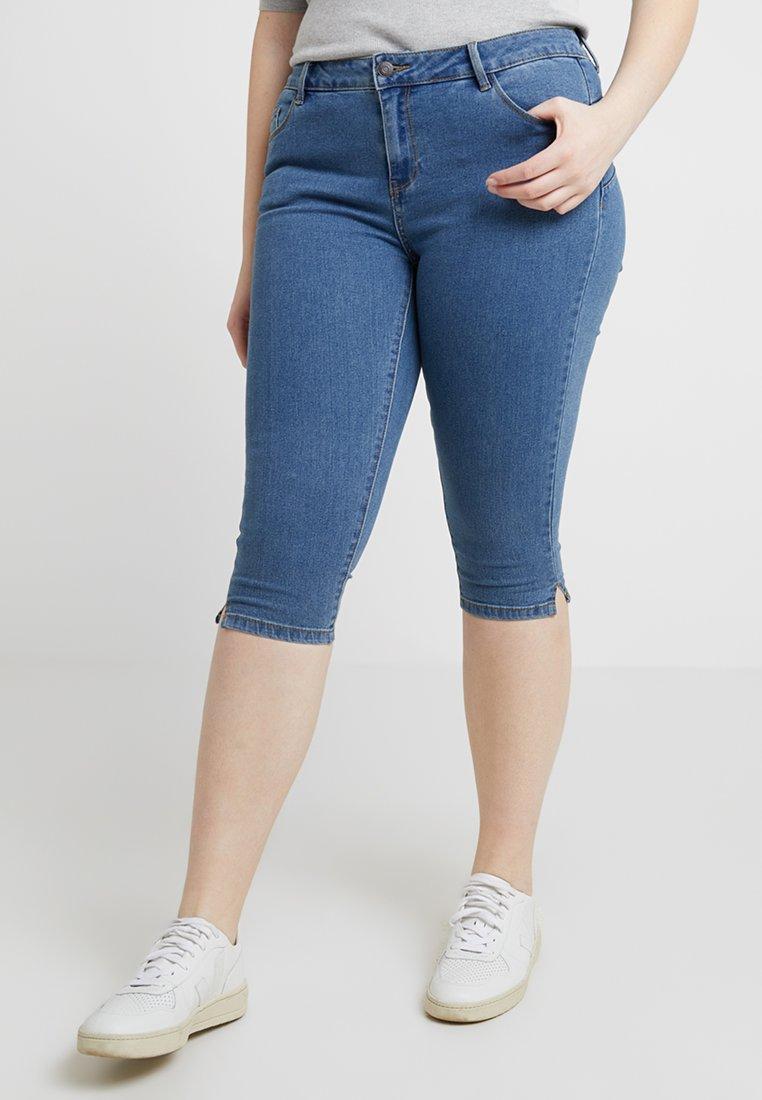 Vero Moda Curve - VMHOT SEVEN SLIT KNICKER - Denim shorts - medium blue