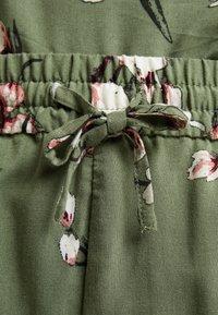 Vero Moda Curve - VMSIMPLY EASY - Shorts - oil green - 6