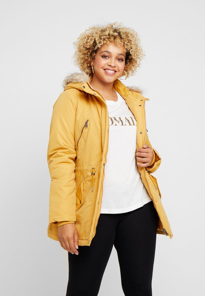 Vero Moda Curve - VMAGNE - Parka - amber gold