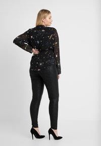 Vero Moda Curve - VMSEVEN SMOOTH SNAKE - Jeans Skinny - black - 2