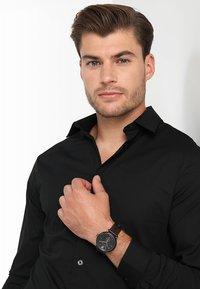 Versace Watches - V-CIRCLE THE MANIFESTO EDITION - Uhr - black/brown - 1