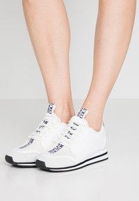 Versace Jeans Couture - Trainers - bianco ottico - 0