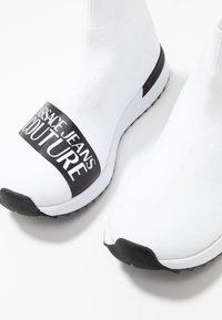 Versace Jeans Couture - Sneakers alte - bianco ottico - 7