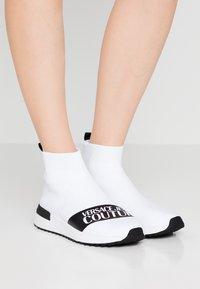 Versace Jeans Couture - Sneakers alte - bianco ottico - 0