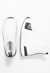 Versace Jeans Couture - Sneakers alte - bianco ottico - 3