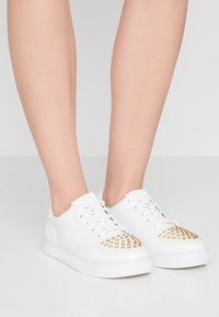 Versace Jeans Couture - Sneakers - bianco ottico - 0