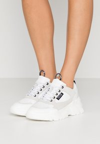 Versace Jeans Couture - Sneaker low - bianco ottico - 0