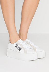 Versace Jeans Couture - Sneakers laag - bianco ottico - 0