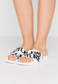 Versace Jeans Couture - Sandály do bazénu - white - 0