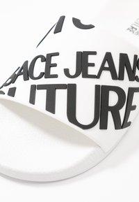 Versace Jeans Couture - Sandály do bazénu - white - 2